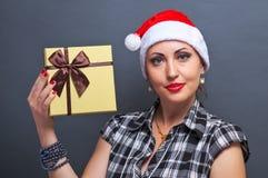 Belle fille dans la tête de Santa avec le boîte-cadeau Photo libre de droits