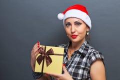 Belle fille dans la tête de Santa avec le boîte-cadeau Image stock