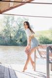 Belle fille dans le belvédère sur le lac Photographie stock