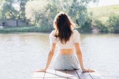 Belle fille dans le belvédère sur le lac Image libre de droits