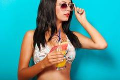 Belle fille dans le bikini avec un cocktail Image libre de droits
