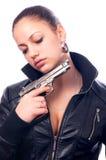 Belle fille dans le canon noir de fixation de jupe en cuir photographie stock