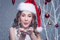 Belle fille dans le capuchon de Noël photographie stock libre de droits