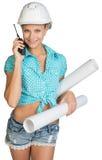 Belle fille dans le casque blanc, shorts avec la chemise Photographie stock