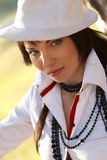 Belle fille dans le chapeau blanc Photos stock