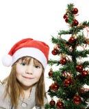 Belle fille dans le chapeau de Santa avec le cadeau de Noël Photographie stock