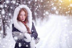 Belle fille dans le conte de fées de forêt d'hiver snowfall Noël Photos stock