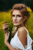 Belle fille dans le domaine Photographie stock libre de droits