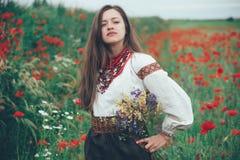 Belle fille dans le domaine de pavot Image stock