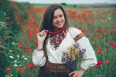 Belle fille dans le domaine de pavot Image libre de droits