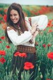 Belle fille dans le domaine de pavot Photo stock