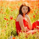 Belle fille dans le domaine de pavot images stock