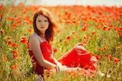 Belle fille dans le domaine de pavot photographie stock libre de droits