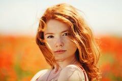 Belle fille dans le domaine de pavot photographie stock