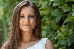 Belle fille dans le jardin photos libres de droits