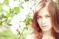 Belle fille dans le jardin abondant de source photos stock