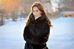 Belle fille dans le manteau brun d'hiver sur la rue image libre de droits