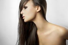 Belle fille dans le profil avec le long cheveu Photographie stock