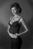 Belle fille dans le studio, gamme de gris Images stock