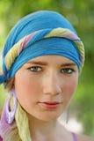 Belle fille dans le turban bleu Image stock