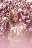 Belle fille dans les roses de thé Photo libre de droits