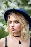 Belle fille dans les yeux fermés de chapeau Photographie stock