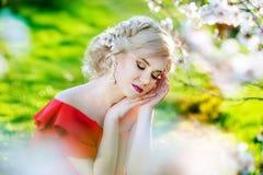 Belle fille dans un beau jardin rêvant de l'amour Images stock