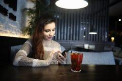 Belle fille dans un café photo stock