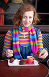 Belle fille dans un café parisien de rue Photo stock