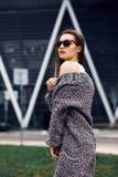 Belle fille dans un cardigan, une chemise et des lunettes de soleil extérieurs Photos stock