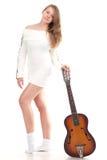 Belle fille dans un chandail avec la guitare Photographie stock libre de droits