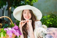 Belle fille dans un chapeau souriant dehors Images stock