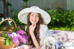 Belle fille dans un chapeau souriant dehors Photo stock