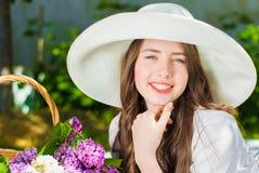 Belle fille dans un chapeau souriant dehors Photos stock