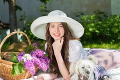 Belle fille dans un chapeau souriant dehors Photographie stock libre de droits