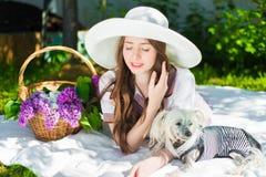 Belle fille dans un chapeau souriant dehors Image stock