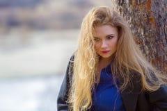 Belle fille dans un manteau dans les bois sur la montagne images stock