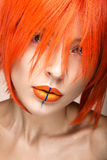 Belle fille dans un style cosplay de perruque orange avec les lèvres créatives lumineuses Image de beauté d'art Image stock