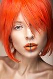 Belle fille dans un style cosplay de perruque orange avec les lèvres créatives lumineuses Image de beauté d'art Images libres de droits