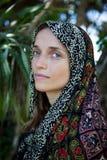 Belle fille dans une écharpe colorée image stock