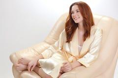 Belle fille dans une chemise beige Photographie stock libre de droits