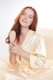 Belle fille dans une chemise beige Photos stock