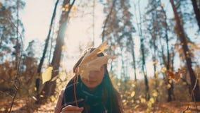 Belle fille dans une forêt banque de vidéos