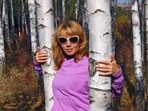 Belle fille dans une forêt de bouleau Photo stock