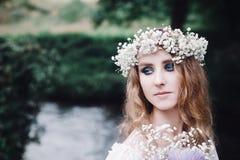 Belle fille dans une forêt foncée près de la rivière Photos libres de droits
