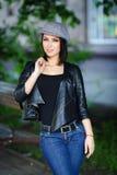 Belle fille dans une jupe en cuir Photographie stock libre de droits