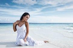 Belle fille dans une lingerie blanche sexy sur un lit Photos libres de droits
