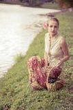 Belle fille dans une longue jupe Photographie stock libre de droits