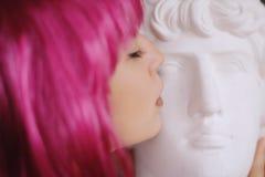 Belle fille dans une perruque rose Images stock