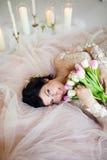Belle fille dans une robe avec un bouquet Image libre de droits